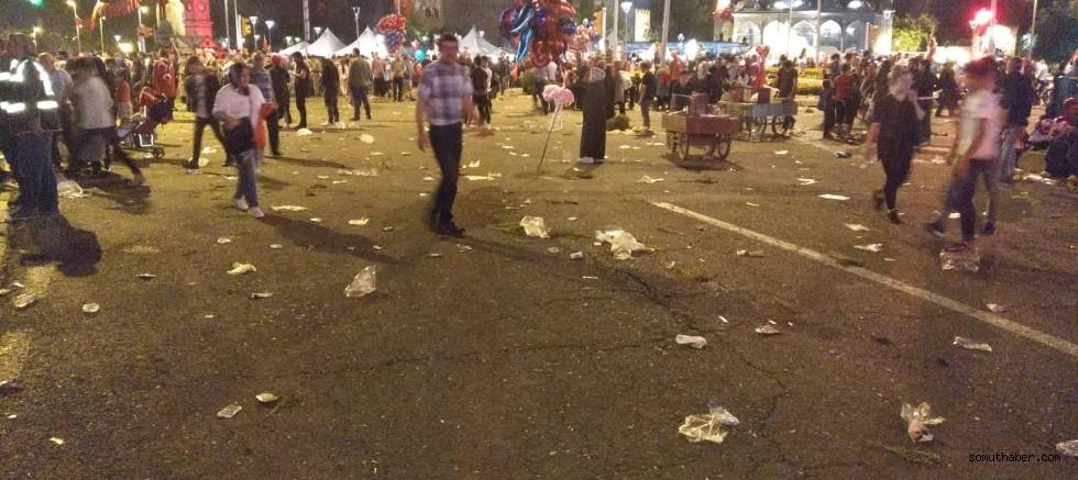 15 Temmuz Akşamı Meydanda Çöp Yığını