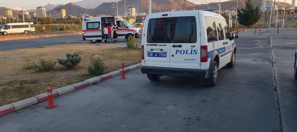 Akaryakıt İstasyonunda Bıçaklı 'Yan Bakma' Kavgası: 2 Yaralı