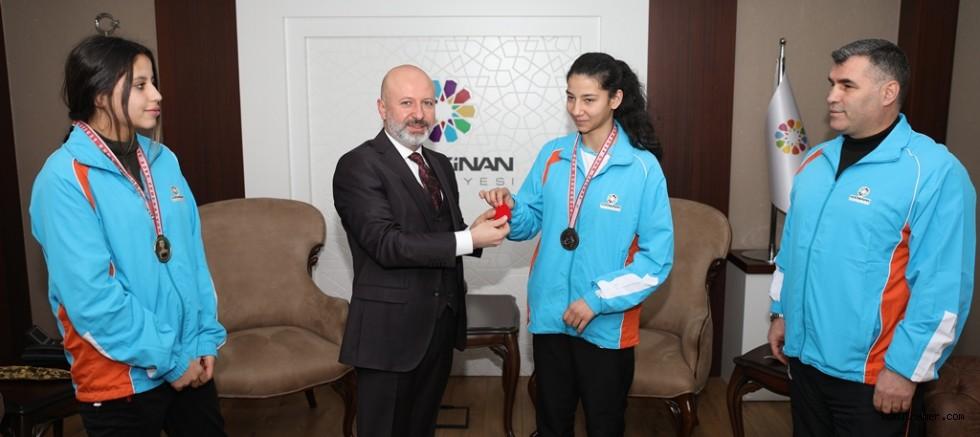 Başkan Çolakbayrakdar, Türkiye Şampiyonlarını Ödüllendirdi
