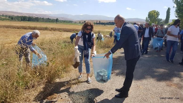 CHP'liler doğadaki çöpleri temizledi