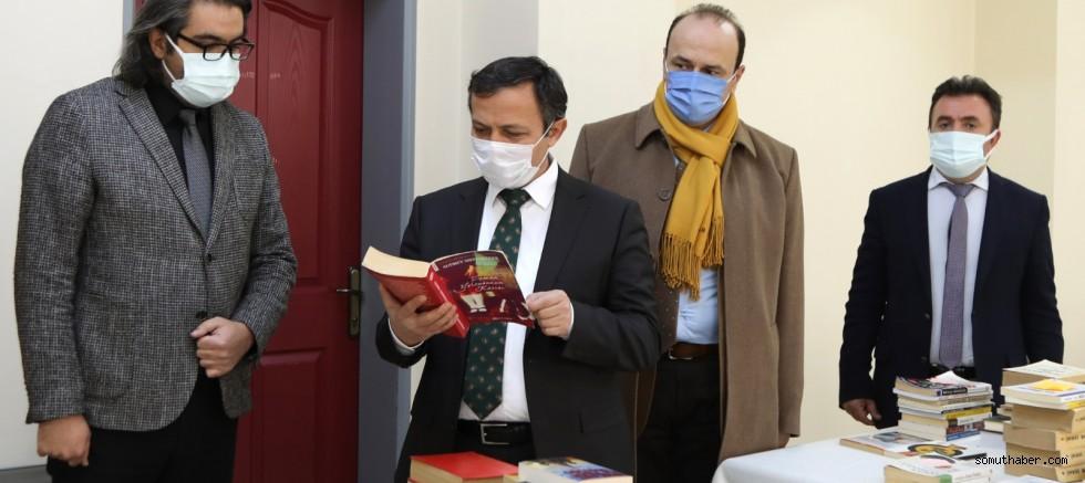 ERÜ Rektörü Prof. Dr. Mustafa Çalış, Kitap Bağışında bulundu
