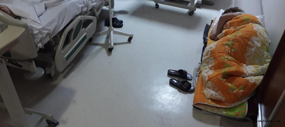 ERÜ Tıp Fakültesinde Skandal Görüntüler, Refakatçılar Yerde Yatıyor!
