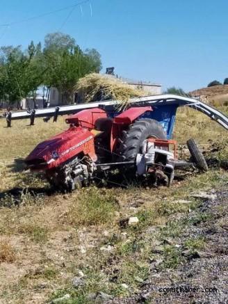 Kayseri'de Direğe Çarpan Traktör İkiye Ayrıldı!