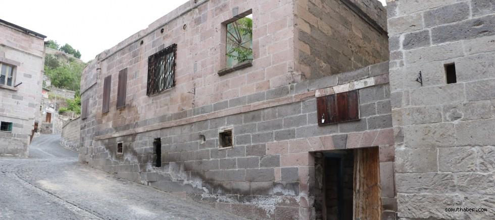 Kayseri'de Tarihi Evin Çatısı Çöktü: 2 Yaralı!