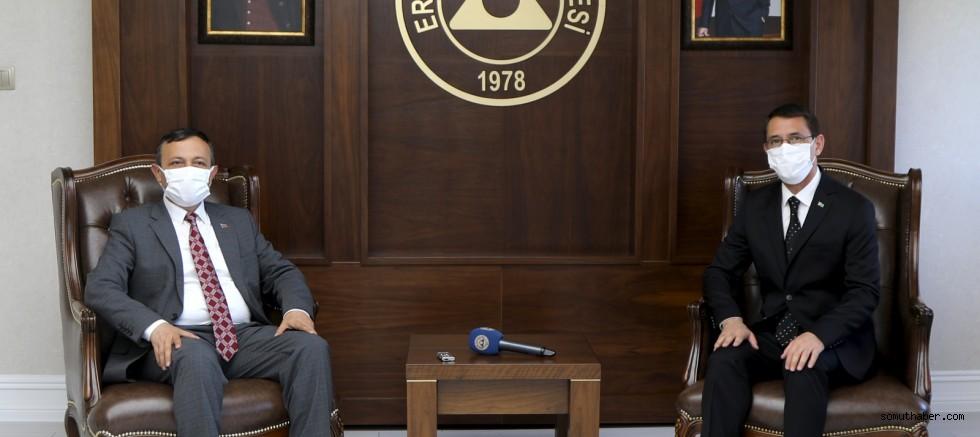 Türkmenistan Büyükelçisi İşankuli Amanlıyev, Rektör Çalış'ı Ziyaret Etti