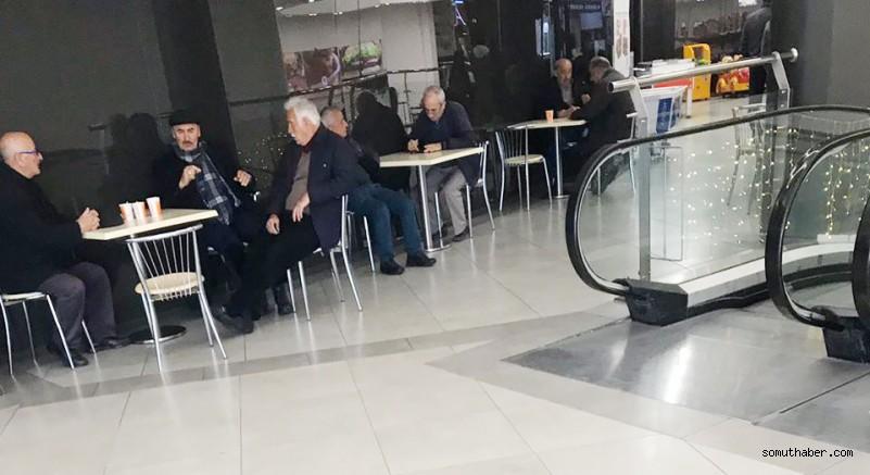 Yaşlılar, korona'ya değil, evde kalmamaya direniyor!