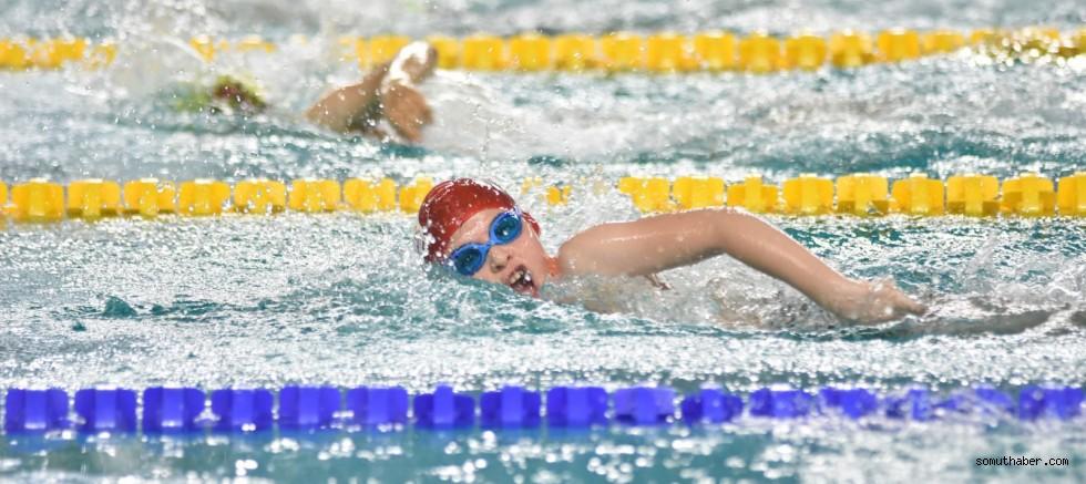 Yüzücüler Sporcu Eğitim Merkezi İçin Kulaç Attı